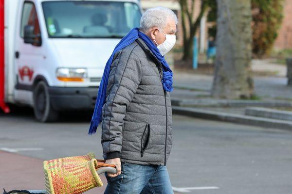 Le port du masque face au coronavirus doit-il être généralisé ? Oui selon un généraliste du Jura.