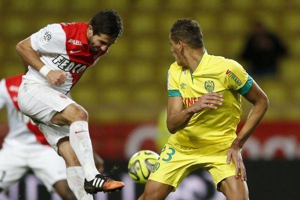 Nantes dominé par une équipe leader du championnat . Ici Yacine Bammou avec l'homme du match Bernardo Silva.