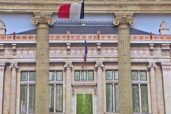 """Au palais de justice, une mise en abîme, """"que la justice soit fête"""", de Pierre Delavie"""