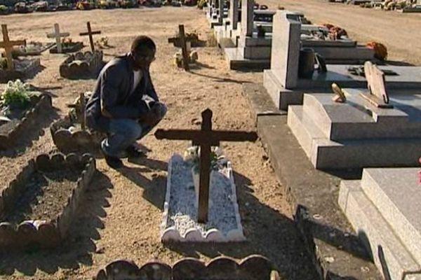 Pour la première fois cette année, grâce à l'association Aide aux Bakas, les indigents enterrés au cimetière de Moulins n'ont pas été oubliés.