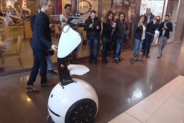 Le robot Cadomus, conçu à l'université de Caen, est testé au centre commercial des Rives de l'Orne