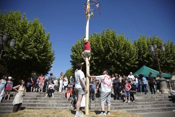 Le mât de Cocagne parmi les jeux traditionnels prisés des fêtes de village