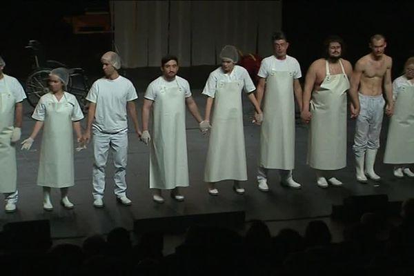 """Le salut des comédiens du """"Bouc"""", d'après Fassbinder : un triomphe pour la troupe de l'ESAT la Bulle Bleue et les comédiens diplômés du cours Florent.  - Janvier 2019"""