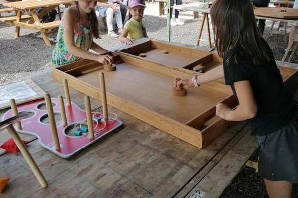A Artmazia, les enfants redécouvrent les jeux en bois.