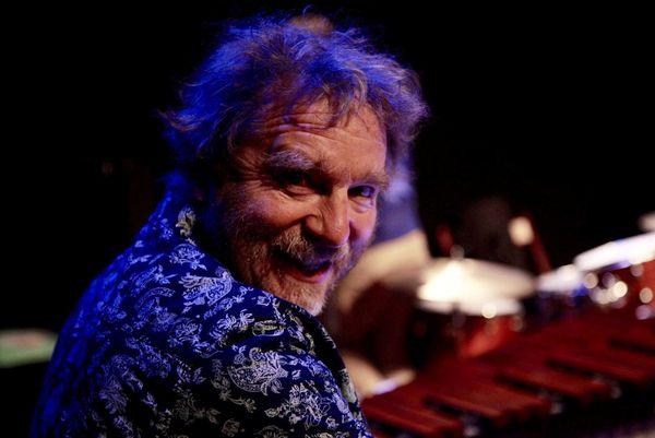 Musicien de jazz, il joue avec un groupe de Bâle et organise des concerts