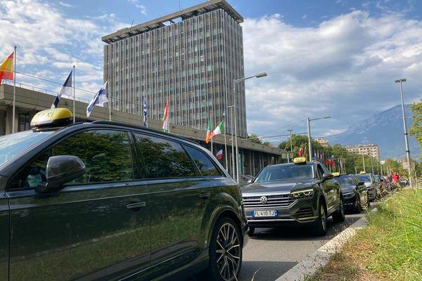 Environ 90 taxis se sont garés le long de l'avenue Jean Pain, devant l'hôtel de ville de Grenoble
