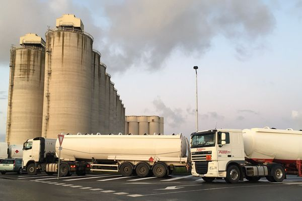 Les artisans du BTP bloquent ce vendredi 29 novembre 2019 le dépôt pétrolier de La Rochelle. Ils s'opposent à la suppression du taux réduit sur le gazole non routier.