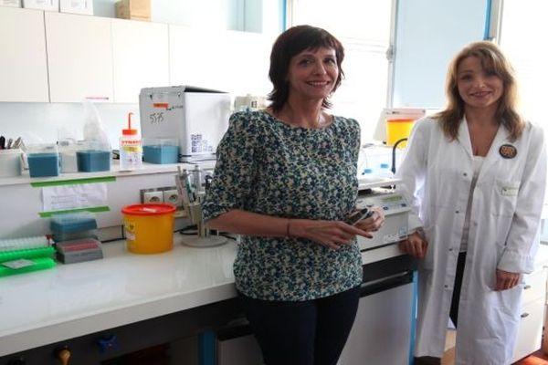 Le professeur Frédérique PENAULT-LLORCA et le docteur Nina ROBIN, les deux chercheurs de l'équipe clermontoise, de retour de Washington. Elles viennent de participer au prestigieux congrès de l'American Association for Cancer Research. Devant 18 000 chercheurs et médecins du monde entier, elles ont présenté leur traitement unique au monde.