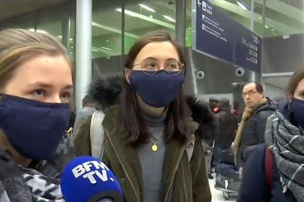Trois des quatre étudiantes lilloises interrogées par BFMTV à l'aéroport de Roissy ce samedi.
