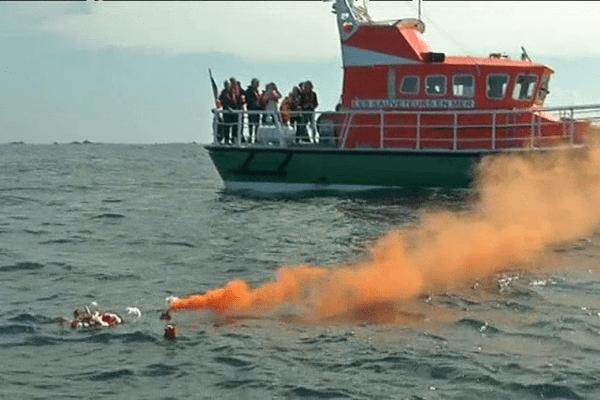 Des fleurs et des fusées de détresse à la mer pour rendre hommage aux victimes du naufrage du Dummond Castle