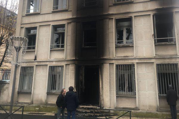 Après avoir forcé les grilles de la préfecture de la Haute-Loire, au Puy-en-Velay, des gilets jaunes ont incendié le bâtiment à l'aide de projectiles enflammés le 1er décembre.