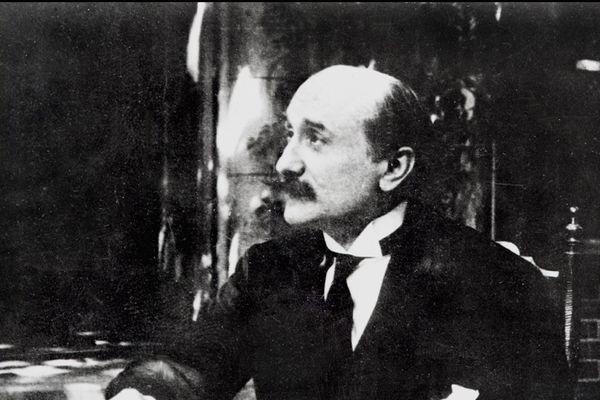 Portrait non daté du poète français et auteur dramatique Edmond Rostand né à Marseillle en 1868 décédé à Paris le 2 décembre 1918.