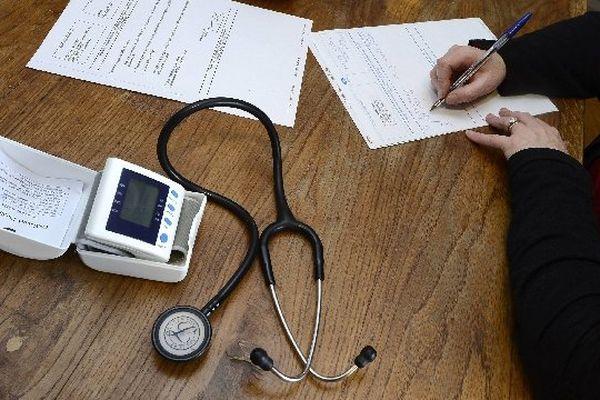 Les médecins en activité régulière sont plutôt âgés - 51,6 ans en moyenne - avec un quart (24,7%) d'entre eux ayant 60 ans ou plus.