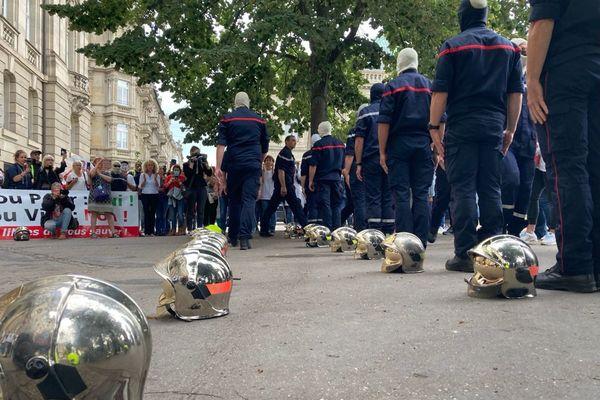 Une vingtaine de pompiers ont déposé leur casque devant la préfecture pour s'opposer à l'obligation vaccinale.