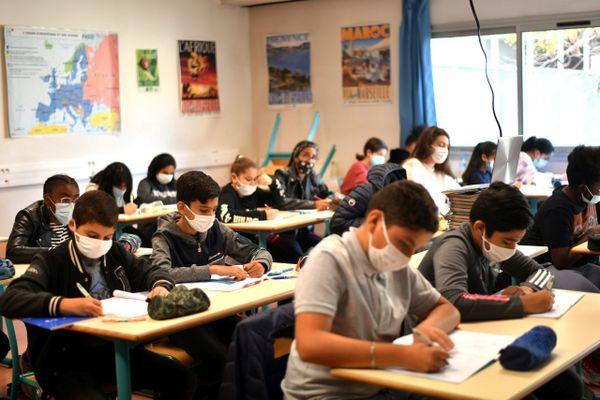 Le SNES-FSU demande une meilleure gestion des flux et de la densité d'élèves dans les classes.
