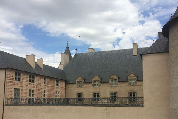 Dimanche 1er et lundi 2 avril, les châteaux d'Aulteribe, Chareil-Cintrat et Villeneuve-Lembron ouvrent leurs portes pour le week-end de Pâques. Avec cette initiative, le Centre des Monuments nationaux d'Auvergne met en avant son patrimoine avec une note de chocolat (Photo: château de Villeneuve-Lembron (63) / France 3)