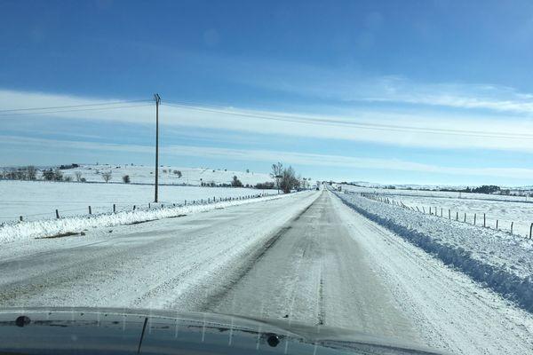 Dans le Cantal, à la mi-journée, les conditions de circulation sont parfois difficiles comme ici sur le plateau de la Planèze.