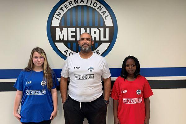 Sid Cheaibi et deux membres de son club présentent les tee shirts qui seront portés lors du match interreligieux