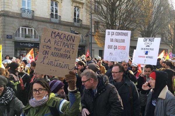 """""""Macron, la retraite c'est pour toi ! On assurera l'intérim"""", plus de 10 000 manifestants à Rennes pour ce 5 décembre"""