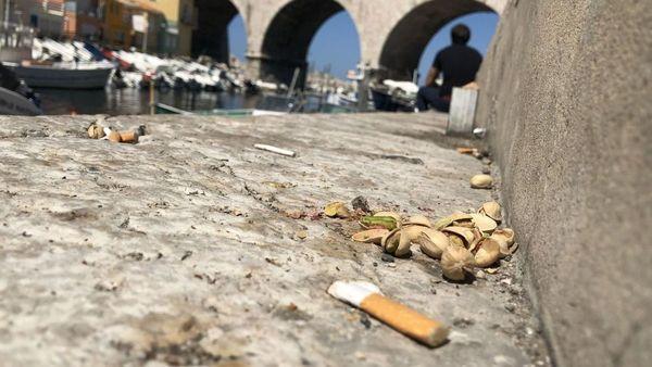 """Des dizaines de mégots longent les berges du port du Vallon des Auffes (Marseille), conséquence des apéros """"sauvages""""."""