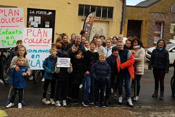 Enfants, élus et parents d'élèves ont manifesté leur mécontentement ce vendredi 18 octobre.