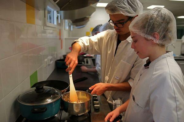 Lucas en cuisine avec son coach, pour préparer le trophée de l'excellence