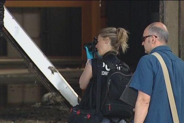 La police scientifique devant les restes calcinés de Juraparc