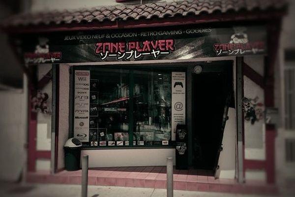 Le magasin Zone Player est situé au 7, place Saint-Pierre à Dax.