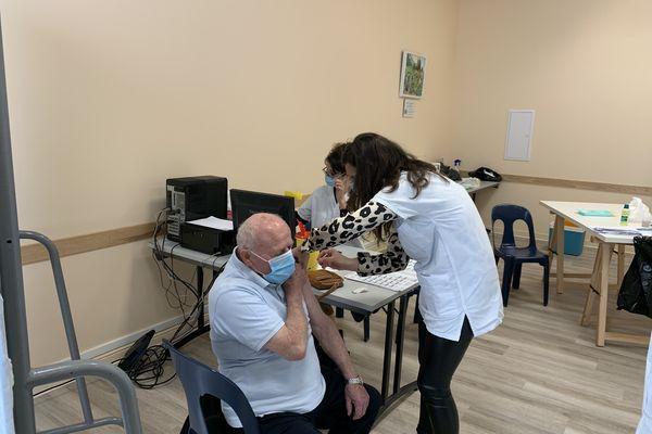 Dans la salle de vaccination improvisée à Caudiès de Fenouillède