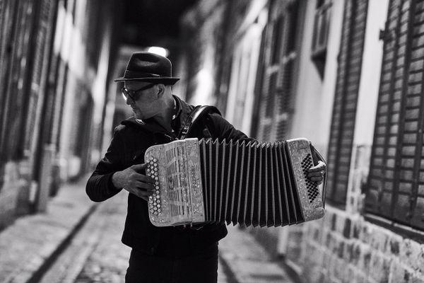 Jef Kino a appris l'accordéon à l'âge de huit ans.