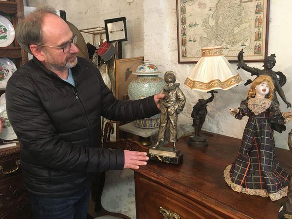 Loin des marchés aux puces dominicaux, les professionnels de l'antiquité proposent des pièces rares et une expertise pointue pour chaque achat.