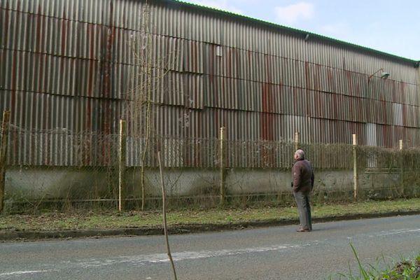 Jean-Claude Barbé, ancien ouvrier de Condé-sur-Noireau devant l'ancien magasin de matières premières.