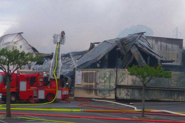 Un entrepôt de 800 m2 a été entièrement ravagé par les flammes.