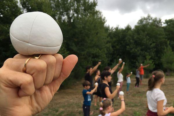 Premières leçons d'apprentissage du jonglage à Nexon