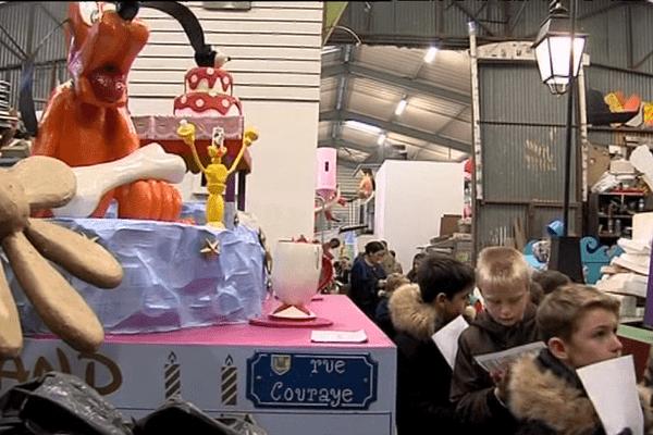 Des écoliers de Granville ont pu visiter ce lundi le hangar des chars du carnaval