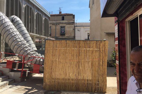 Le climatiseur géant installé pour rafraîchir les Halles de Frontignan... fait fuir la clientèle de la pizzeria de la place du château en centre-ville.