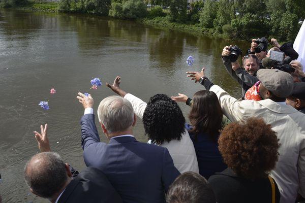 Peu après 17 h 15, les invités de cette journée de commémoration ont procédé à un jet de fleur depuis la passerelle Victor Schœlcher, à Nantes.