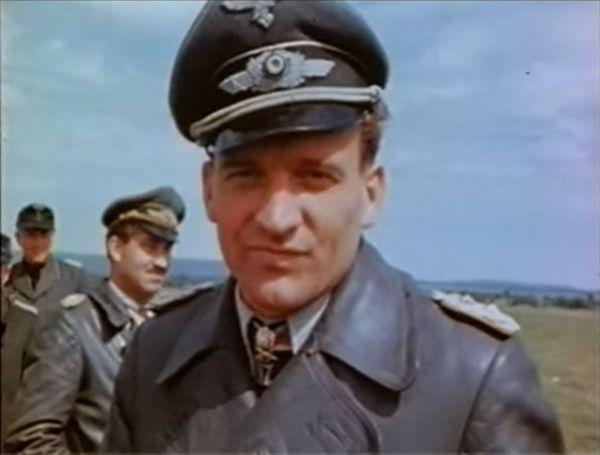 Hans-Ulrich Rudel et Adolf Galland, filmés par un Américain en mai 1945 lors de leur reddition.