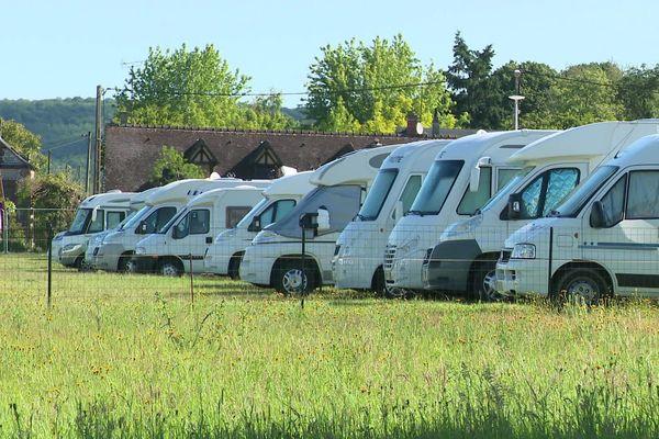 Un parking de campings-cars improvisé dans un champ