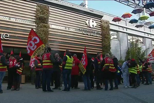 Les salariés en grève ont manifesté ce jeudi dans un hypermarché Carrefour à Aix-en-Provence.