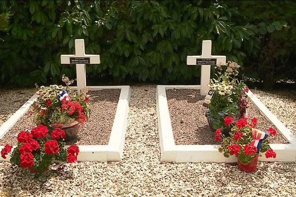 Désormais, les deux tombes portent chacune un nom et un prénom.