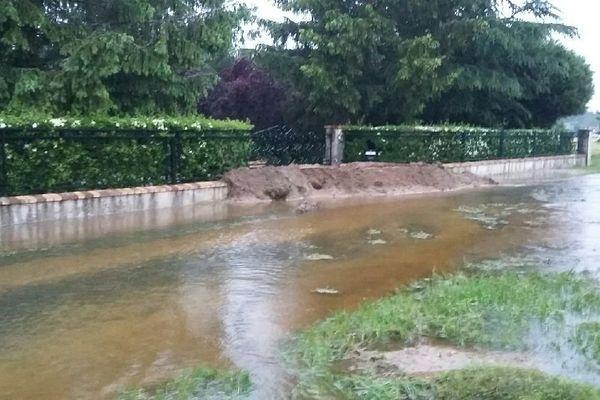 Un habitant de Tigy (Loiret) a dressé une digue devant son portail à l'aide un tractopelle.