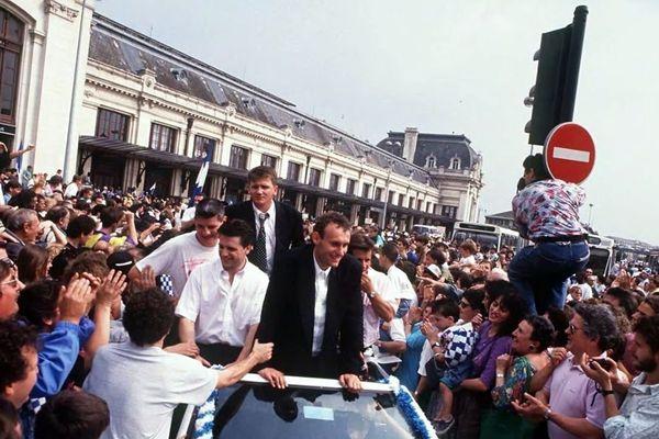 Bernard Laporte et ses co-équipiers de retour à Bordeaux après le titre de champion de France 1991