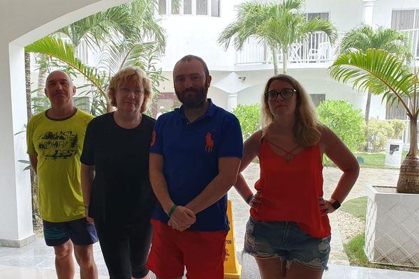 Damien, sa compagne et des amis. Ils sont bloqués en République Dominicaine depuis le 16 mars 2020.