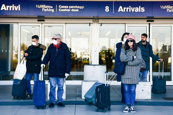 Des passagers à l'aéroport de Milan (Italie)