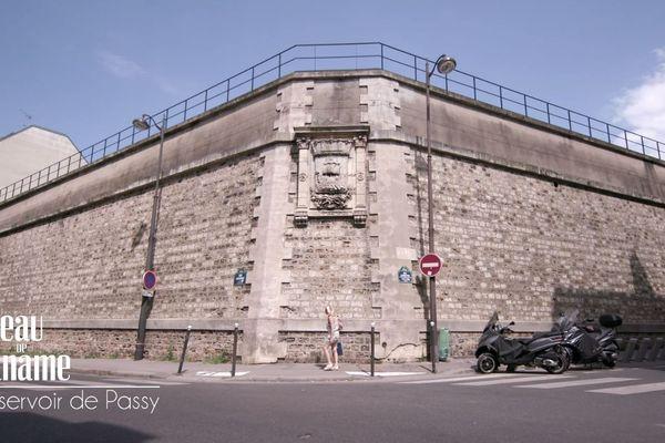 A l'angle des rues Copernic et Lauriston se dressent d'épais murs de béton aux allures de forteresse.