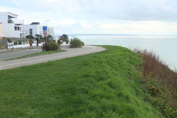 """Au-dessus de la digue promenade qui s'effrite, la route et les maisons du boulevard Foch, le""""Nice havrais"""", les habitants sont inquiets"""