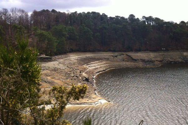 Le niveau d'eau du lac de Guerlédan baisse d'heure en heure