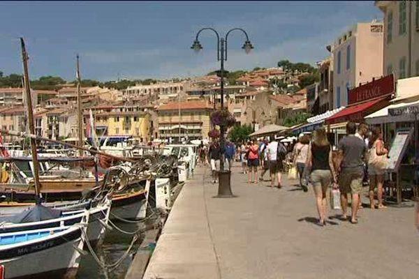 Les touristes sont déjà nombreux sur le port de Cassis.