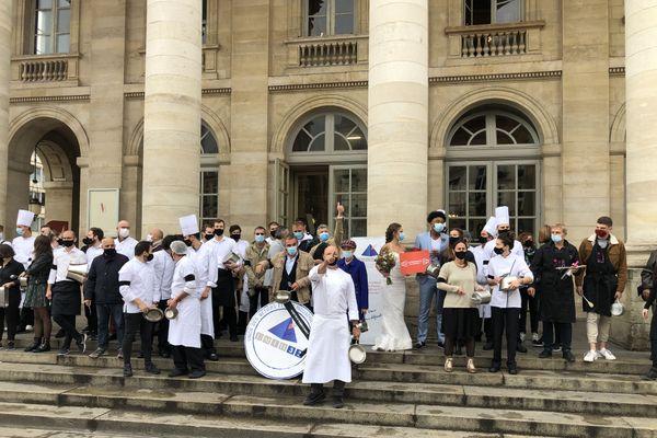 Emmenés par le chef bordelais, Philippe Etchebest, les restaurateurs de Bordeaux portent le brassard noir et dénoncent le manque de solution pour aider le secteur à faire face à la crise